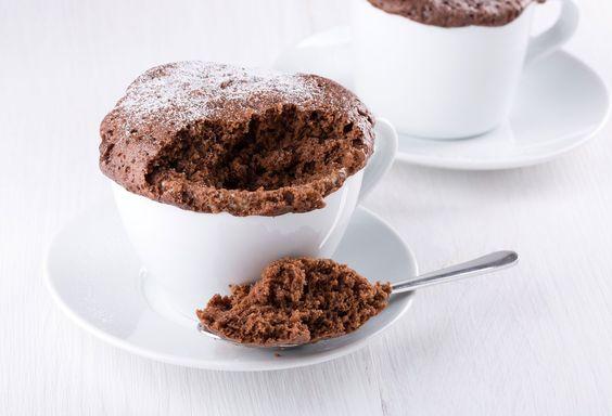bizcocho de chocolate en taza