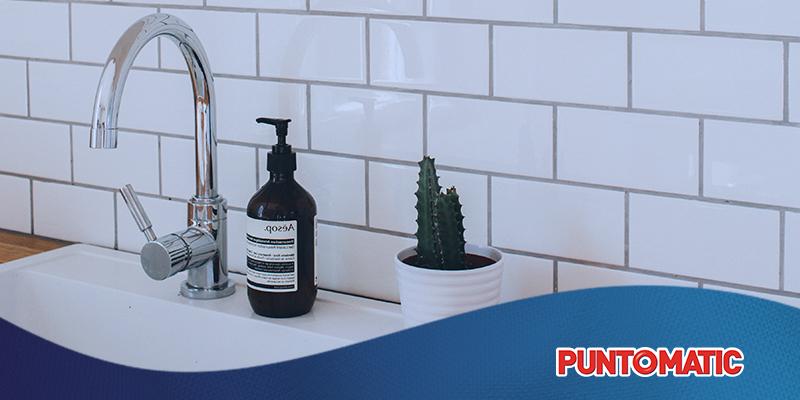 Guía para limpiar los azulejos de la cocina y el baño